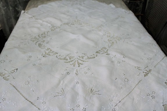 ホワイトワーク刺繍のテーブルクロス