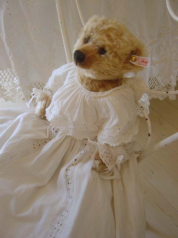 ドレスを着たテディベア
